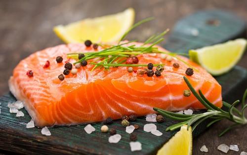 Thường xuyên ăn cá hồi là cách chữa rạn da sau sinh bằng thực phẩm cực kì hiệu quả.