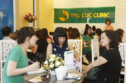 Rất đông khách hàng chờ đợi để được tư vấn dịch vụ điêu khắc lông mày tại Thu Cúc Clinics