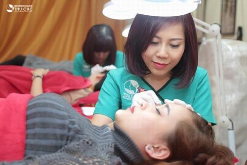 Phun xăm lông mày là phương pháp sử dụng dụng cụ chuyên dụng có đầu kim siêu nhỏ, bên trên là bầu mực để đưa mực xăm vào trong da và tạo màu như ý muốn.