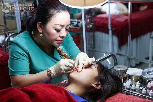 Quy trình phun xăm môi được thực hiện bởi đội ngũ bác sĩ giỏi, giàu kinh nghiệm