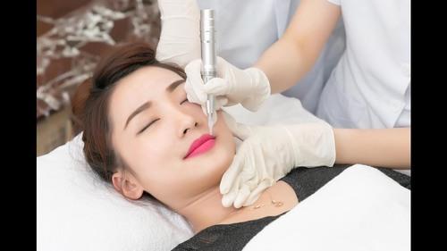 Mực phun môi chất lượng kém, thành phần không đảm bảo, có chứa chất hóa học sẽ làm ảnh hưởng đến màu sắc của đôi môi.