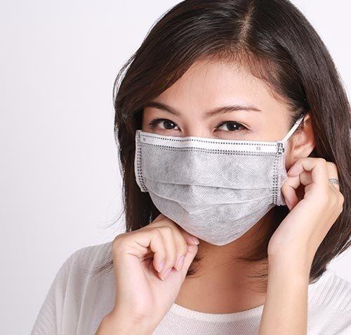 Khi môi bị nhiễm trùng, hãy đeo khẩu trang y tế mỗi khi ra ngoài để tránh bụi bẩn bám vào môi