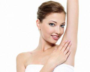 Làm trắng vùng da dưới cánh tay sau khi triệt lông tại nhà