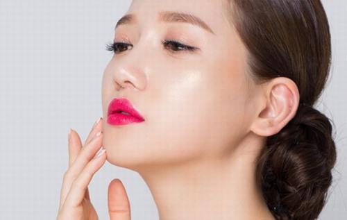 Đôi môi là một trong những điểm nhấn ấn tượng nhất, thu hút sự chú ý trên toàn bộ gương mặt.