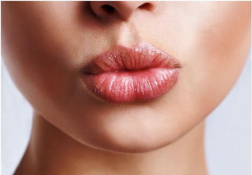 Nguyên nhân khiến môi không đều màu có rất nhiều như trình độ của chuyên viên, chất lượng mực, cơ địa của mỗi người hay cách chăm sóc sau phun môi sai cách.