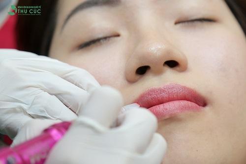 Bác sĩ tiến hành phun xăm màu môi tại Thu Cúc Clinics