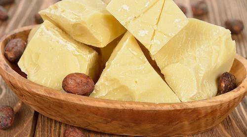Với thành phần chứa nhiều dưỡng chất, bơ ca cao sẽ nuôi dưỡng làn da từ sâu bên trong để tăng cường độ đàn hồi cho da, cải thiện các vết rạn nhanh chóng.