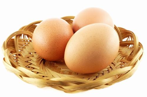 Khi kết hợp trứng gà và dấm sẽ tạo thành hỗn hợp có tác dụng điều trị mụn thịt cực kì tốt.