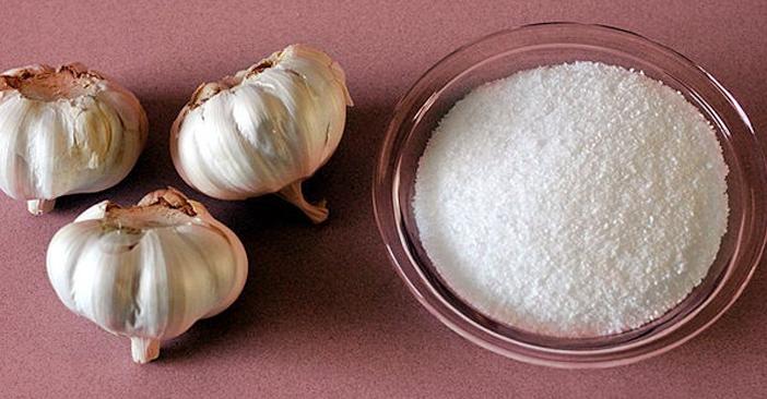 Kiên trì sử dụng tỏi và muối để sát khuẩn giúp điều hòa bã nhờn, hệ bài tiết của da.