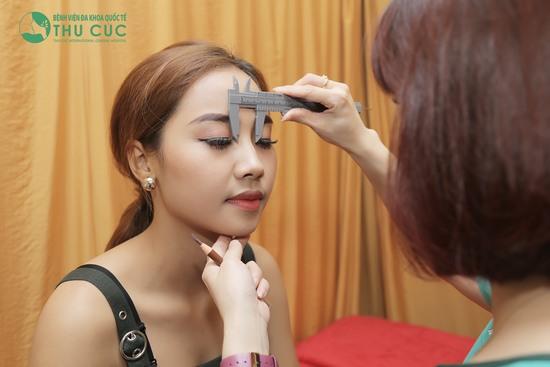 Bác sĩ tiến hành phác thảo, đo vẽ hình dáng lông mày cho phù hợp với khuôn mặt