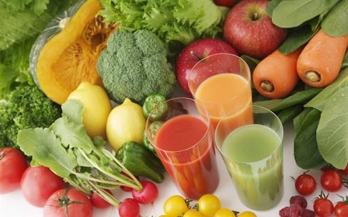 Các chuyên gia cho biết bạn nên nên tăng cường bổ sung nhiều vitamin A, C E, D từ rau xanh, hoa quả.