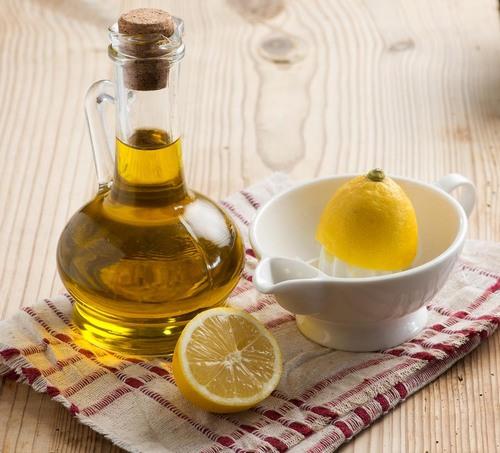 Sự kết hợp giữa dầu oliu, mật ong, chanh sẽ đem đến tác dụng kép là vừa xóa tàn nhang vừa dưỡng da trắng sáng.