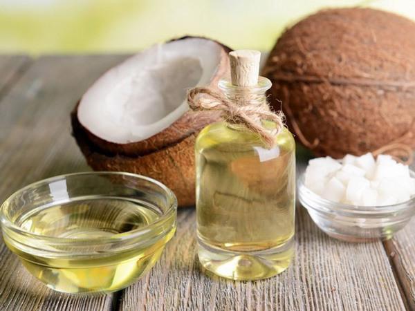 Tốt nhất bạn sử dụng các loại tinh dầu tự nhiên như dầu dừa, dầu oliu thoa lên da và kết hợp massage nhẹ nhàng.