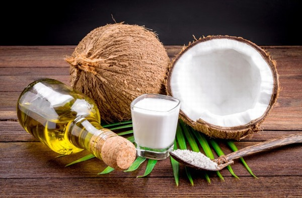 Thành phần trong dầu dừa chứa nhiều vitamin E cực kì tốt cho việc dưỡng ẩm, tăng độ đàn hồi, phục hồi vùng da bị tổn thương.