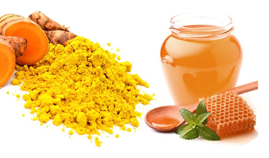 Bột nghệ và mật ong chỉ cần hòa quyện vào mới nhau thì đã tạo thành hỗn hợp giúp trị sẹo, ngừa thâm và làm lành các vết rạn da hiệu quả