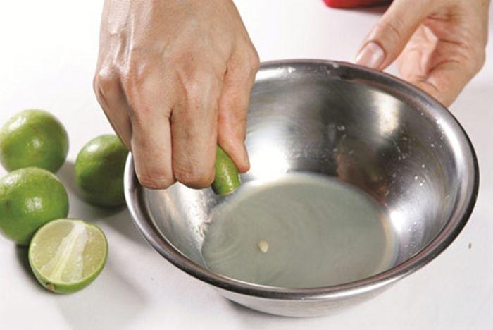 Sử dụng nước cốt chanh hoặc có thể kết hợp thêm với lòng trắng trứng gà