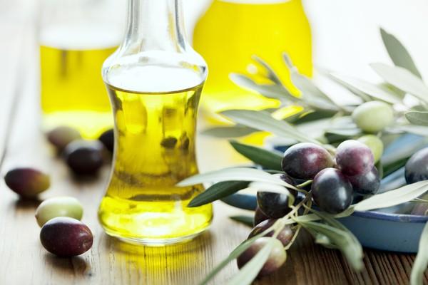 Kiên trì sử dụng dầu dừa hoặc dầu ô liu để thoa lên vùng da bị rạn mỗi ngày theo chiều kim đồng hồ