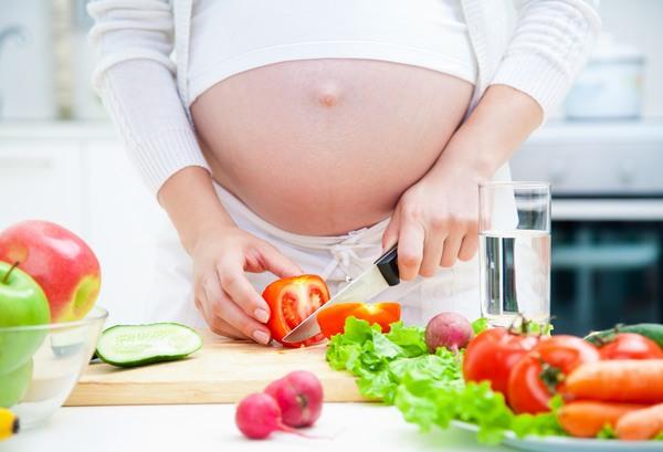 Theo các chuyên gia, cân nặng tăng chuẩn trong thai kì là 9-13kg, do đó bạn cần tham khảo ý kiến của các bác sĩ về chế độ ăn của mình sao cho đảm bảo.