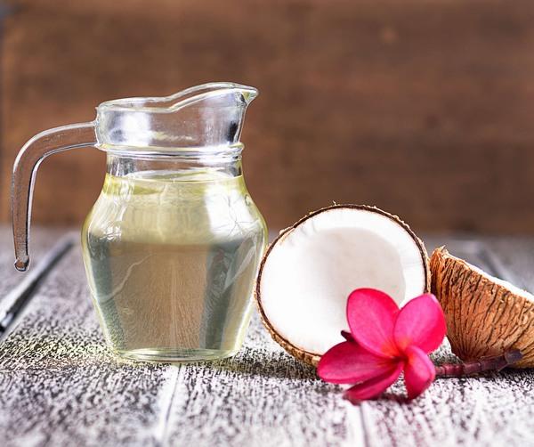 Mỗi tối trước khi đi ngủ bạn nhỏ vài giọt dầu dừa lên vùng da bị rạn, massage nhẹ nhàng trong khoảng 5 phút cho dưỡng chất thẩm thấu sâu vào trong da.