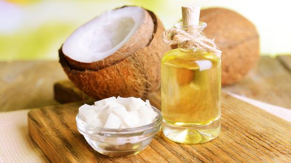 Dầu dừa không chỉ cung cấp dưỡng chất cho da sáng mịn mà còn hỗ trợ điều trị rạn da ở tuổi dậy thì