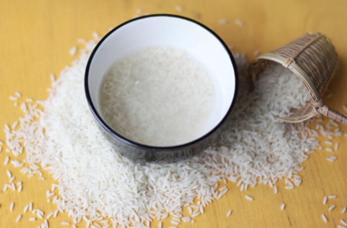 Gạo tẻ xay với nước không chỉ giúp trị mụn đen mà còn làm đẹp da