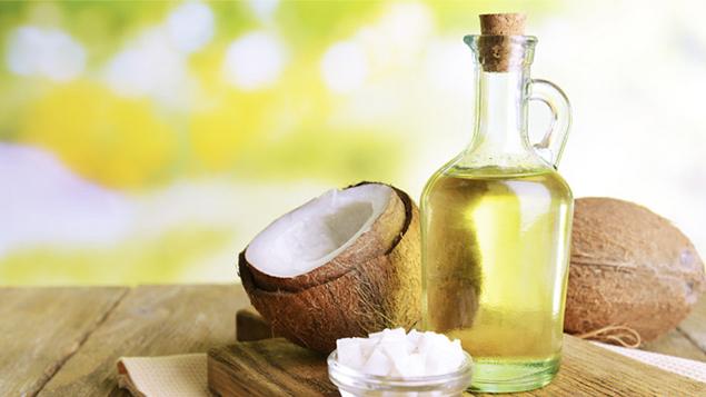 Dừa dừa cung cấp dưỡng chất, giúp nuôi dưỡng vùng da trở nên sáng mịn và hỗ trợ điều trị các vết rạn da nhỏ
