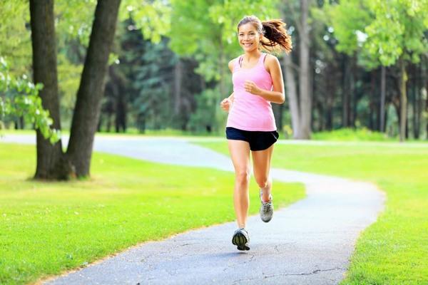 Các bài tập nhẹ nhàng như đi bộ, chạy bộ sẽ giúp tăng khả năng lưu thông máu, giúp da săn chắc, giảm thiểu tình trạng rạn da.