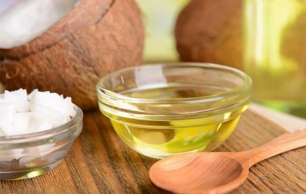 Một trong những phương pháp trị rạn da ở bụng hiệu quả cho phụ nữ đó chính là dùng dầu dừa ủ nóng.