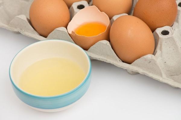 Thành phần trong lòng trắng trứng có tác dụng tái tạo collagen, khôi phục lại vùng da bị rạn nhanh chóng, giúp làn da trở nên mịn màng, sáng hồng hơn