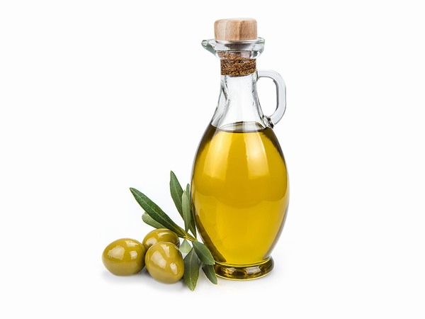 Để trị rạn bằng cách massage thì bạn nên kết hợp cùng với một số loại tinh dầu thiên nhiên như dầu dừa, dầu oliu, vitamin E...