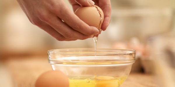 Lòng trắng trứng chứa nhiều protein, khi thoa lên vùng da bị rạn sẽ khôi phục tổn thương ở vùng da này và giúp cho các vết rạn bị xóa mờ.