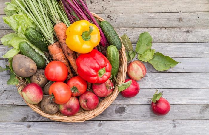 Hãy tăng cường uống nước để bổ sung độ ẩm cho da, ăn nhiều rau củ và trái cây chứa nhiều vitamin A, C, E, thực phẩm nhiều đạm để tăng độ đàn hồi cho da, thúc đẩy quá trình co giãn.