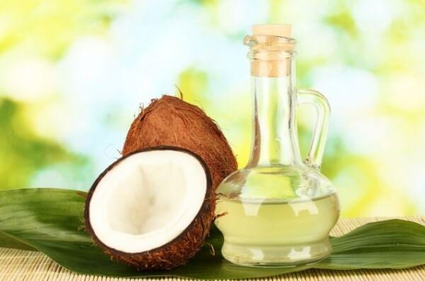 Dầu dừa cũng là cách trị rạn da sau sinh hiệu quả mà chị em không nên bỏ qua