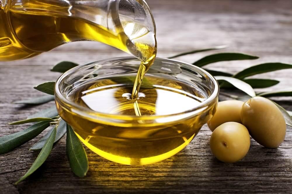Sử dụng dầu ô liu để thoa đều vào vùng da bị rạn. Để yên 30 phút kết hợp massage da nhẹ nhàng