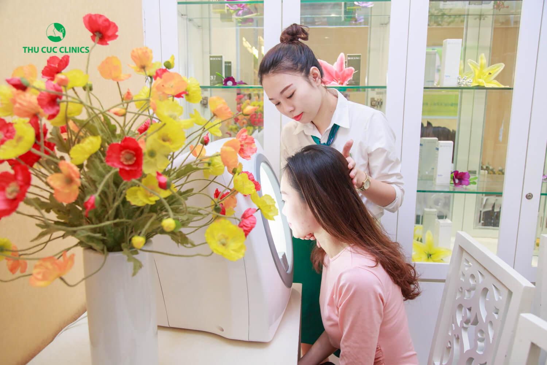 Sau khi soi da, Kim Oanh được các chuyên gia đưa ra liệu trình đầu tiên trị mụn xóa thâm bằng công nghệ ánh sáng xanh đa năng BlueLight trong khoảng từ 5 buổi để mang lại hiệu quả trị mụn tối ưu