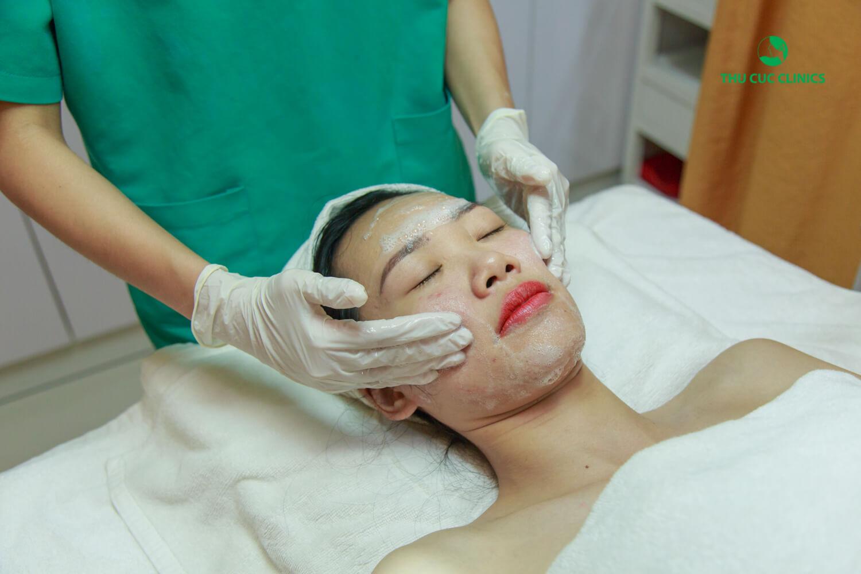 Kim Oanh được kỹ thuật viên làm sạch da bằng những sản phẩm trị liệu chuyên dụng để gây gây kích ứng và lộ đầu mụn giúp quá trình điều trị dễ dàng hơn