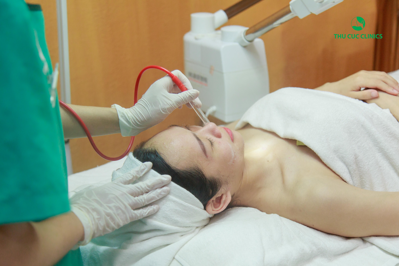 Sau đó, Kim Oanh sẽ được xông hơi nước làm mềm da, giúp lỗ chân lông được giãn nở tạo điều kiện nhân mụn bị đẩy dần lên trên. Bên cạnh đó, chuyên viên sẽ thực hiện hút dầu, bã nhờn trên da.