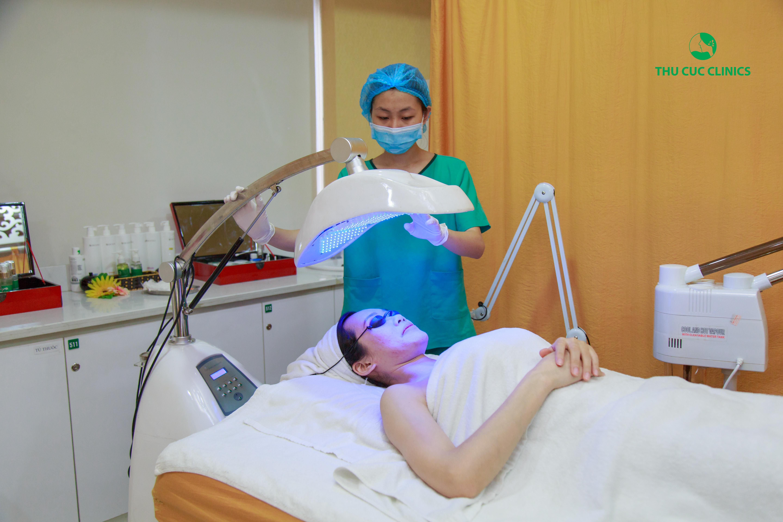 Chiếu ánh sáng trị mụn bằng công nghệ BlueLight sử dụng ánh sáng xanh đa năng chiếu trực tiếp vào vùng da cần điều trị, tác động trực tiếp vào nguyên nhân gây mụn mà không làm tổn thương da.