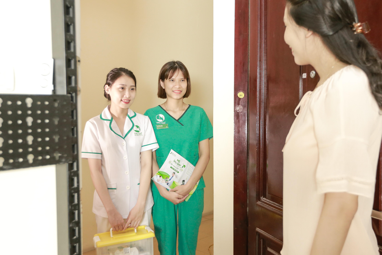 Chồng chị đã đăng ký dịch vụ massage sau sinh tại nhà của Thu Cúc Clinics vì yếu tố tiện lợi, không mất thời gian đến cơ sở và giúp chị thoải mái thư giãn tối đa tại nhà mà vẫn chăm sóc được cô công chúa nhỏ