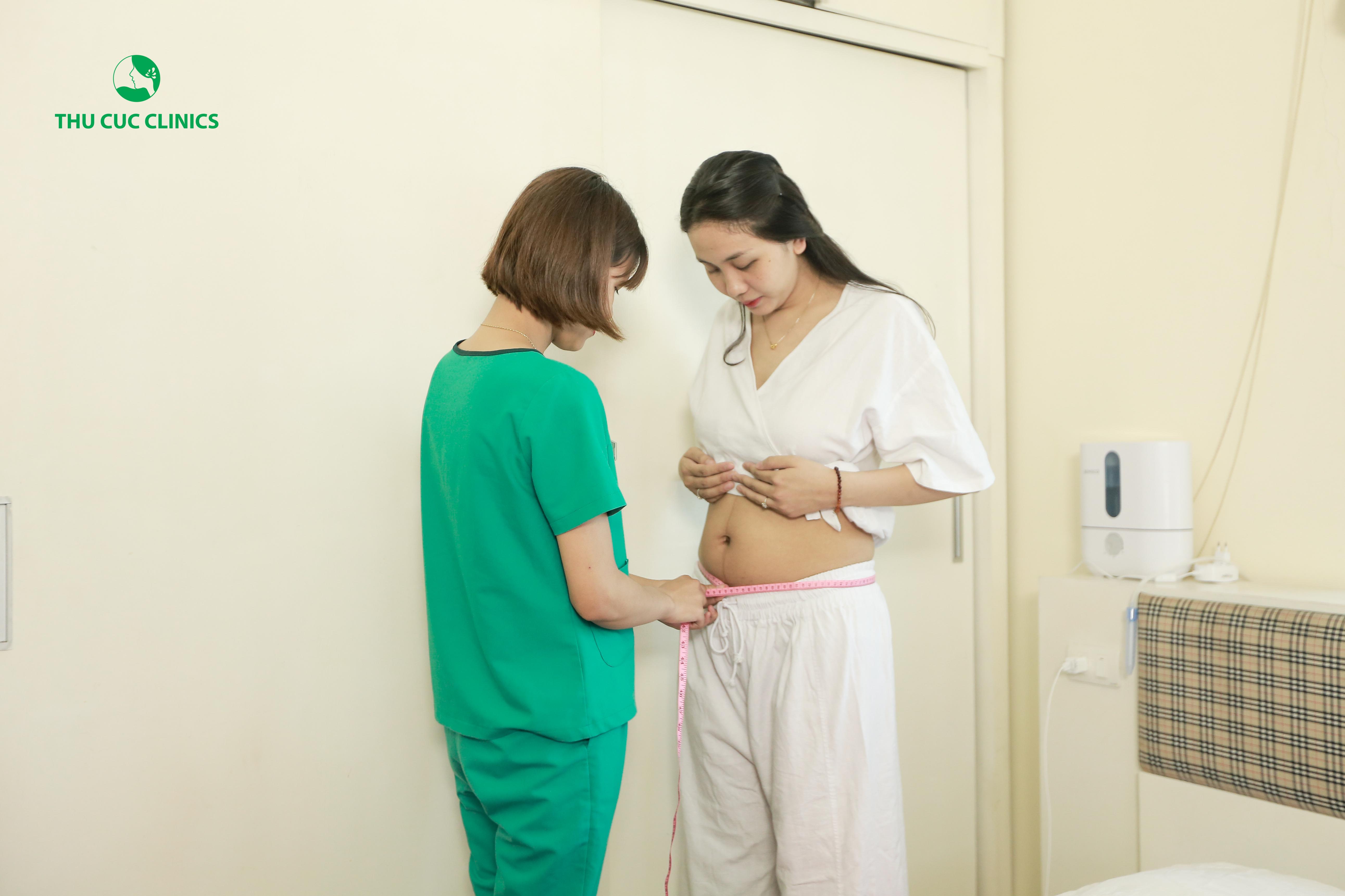 Các chuyên viên kiểm tra chỉ số các vòng cơ thể để có liệu trình massage phù hợp với chị Hằng