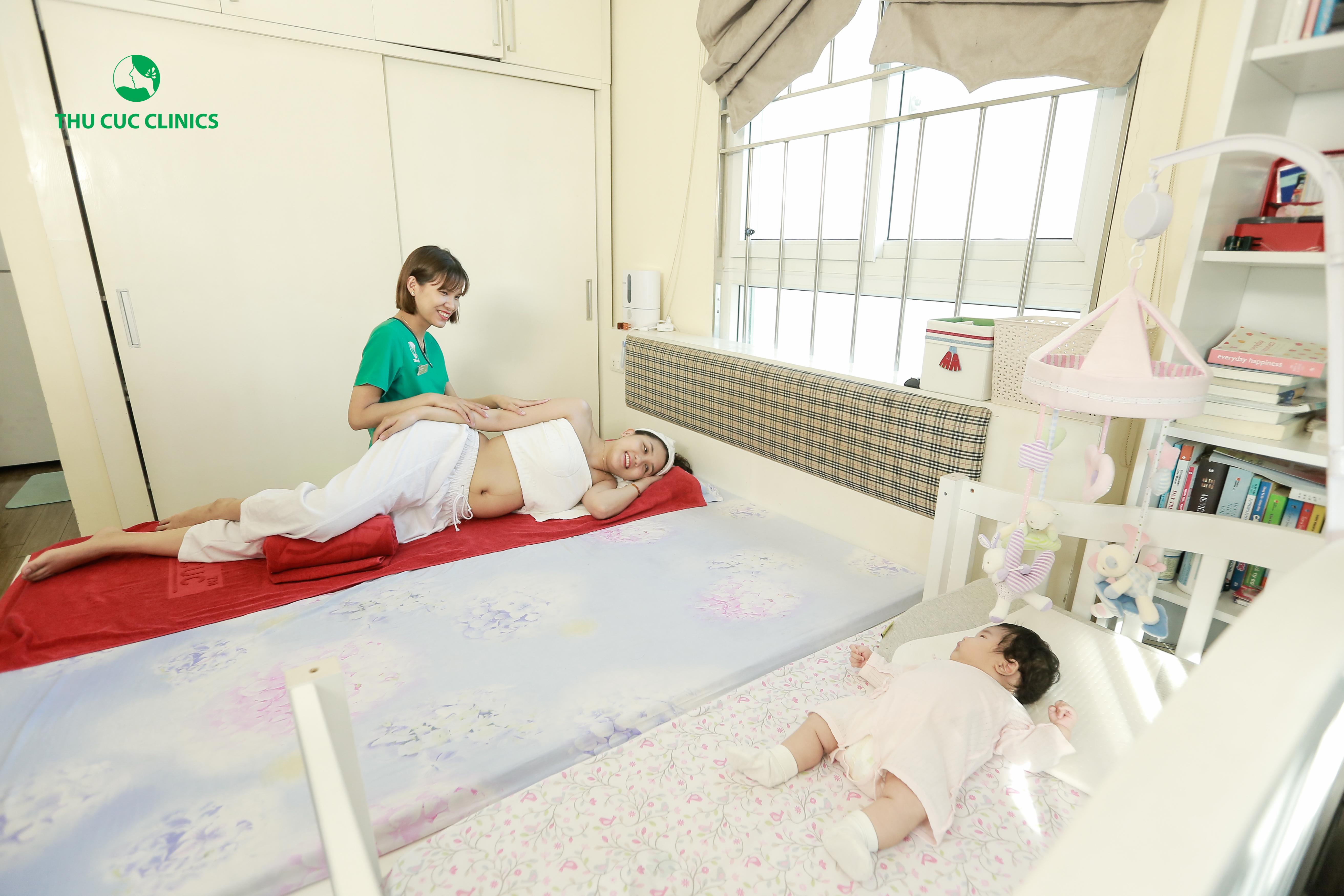 Massage sau sinh có tác dụng rất tốt cho việc phục hồi cơ thể của chị Hằng, giúp kích thích sự co bóp tử cung, đưa tử cung trở về vị trí cũ, khắc phục tình trạng mất ngủ, mở rộng mạch sữa, kích thích các tuyến sữa ra đều, giúp vòng một săn chắc hơn. Ngoài ra, chị còn có thể vừa thư giãn cơ thể, vừa ngắm nhìn cô công chúa nhỏ của mình