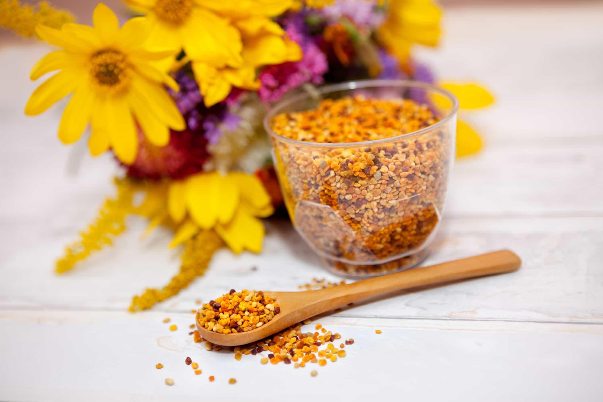 Sử dụng phấn hoa như mỗi sáng để bổ sung các dưỡng chất cho cơ thể
