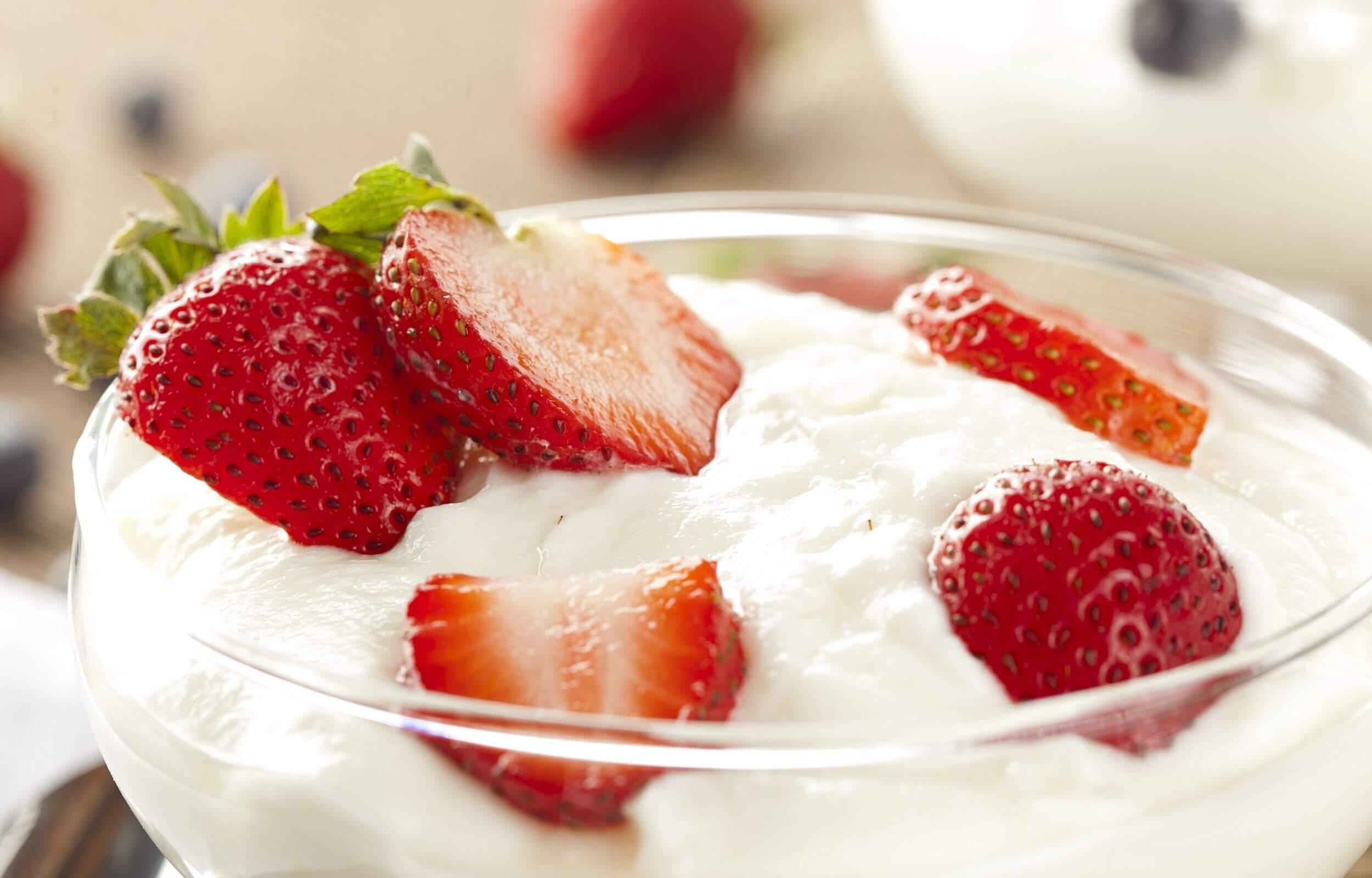 Dâu tây kết hợp với sữa chua không đường sẽ tạo nên hỗn hợp trị mụn đầu đen hiệu quả