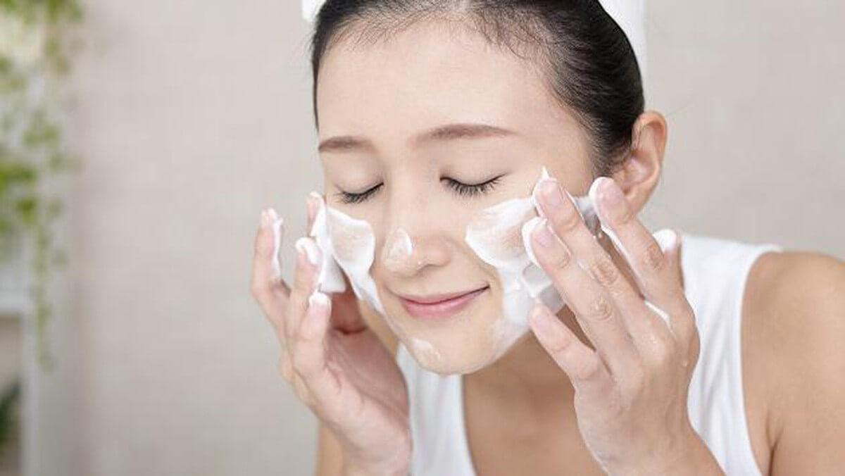Rửa mặt 2 lần/ngày vào sáng tối giúp làm sạch da và loại bỏ mụn dưới da