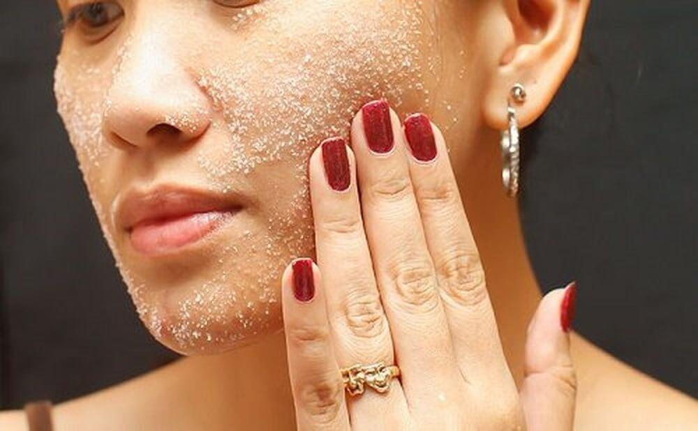 Tẩy da chết 1 lần/ tuần để loại bỏ các tế bào chết trên da, hạn chế sự tích tụ khiến mụn dưới da