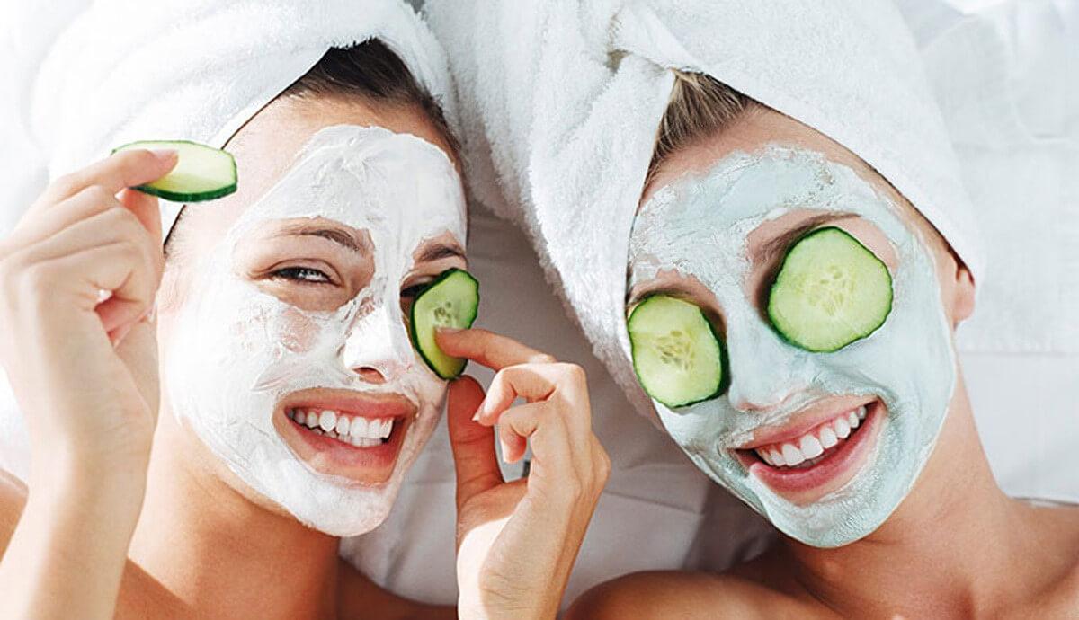 Đắp mặt nạ giúp bổ sung độ ẩm cho da hạn chế mụn dưới da xuất hiện