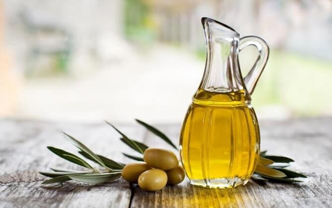 Một số nguyên liệu tự nhiên như dầu ô liu, dầu dừa có thể giúp nuôi dưỡng làn da mịn màng đồng thời hỗ trợ hàn gắn, điều trị vùng da bị rạn hiệu quả