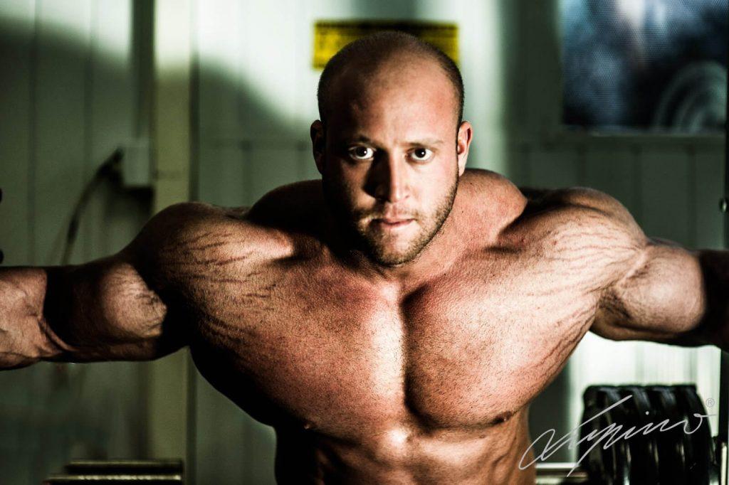 Tập gym là một trong những nguyên nhân gây nên tình trạng rạn da thường gặp ở nam giới