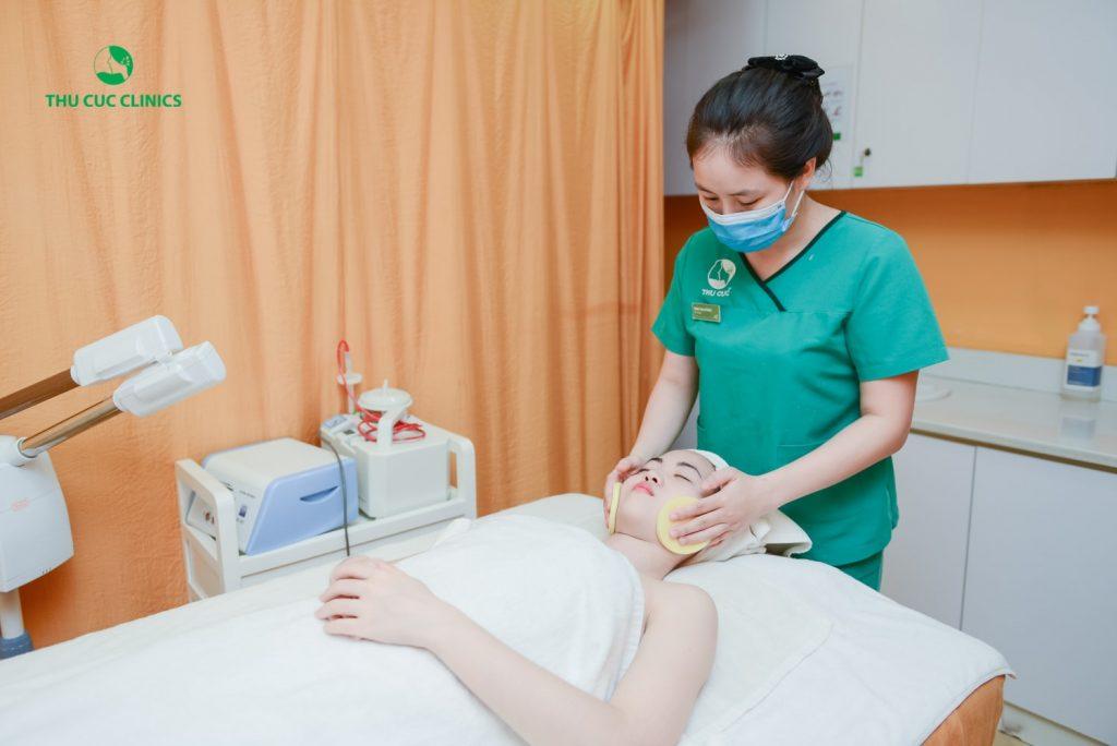 Đầu tiên, kỹ thuật viên sẽ làm sạch mặt để loại bỏ bụi bẩn, bã nhờn gây bít tắc lỗ chân lông