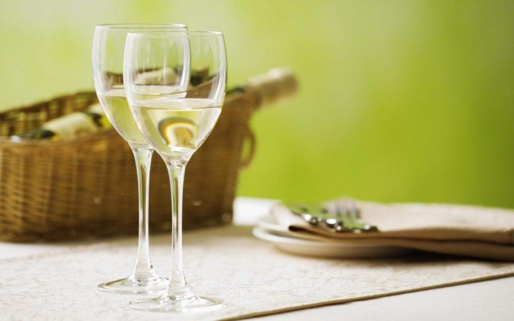Rượu trắng có khả năng tẩy tế bào da chết nên là biện pháp được nhiều người sử dụng để chăm sóc da trong đó có việc điều trị nám, tàn nhang tại nhà